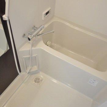 お風呂はサーモ水栓で使いやすい(※写真は9階の同間取離別部屋、モデルルームです)