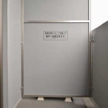 バルコニー広々(※写真は9階の同間取離別部屋、モデルルームです)