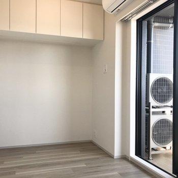【洋室①】壁の上部に収納スペースを発見。