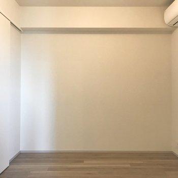 【洋室②】5帖ほどの落ち着いたお部屋。