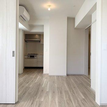 【洋室、DK】ドアを開けた場合の洋室からみたリビングになります。広いですね!