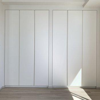 【洋室】白を基調とした、綺麗なウィークインクローゼットになります