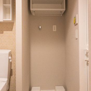 洗濯機置場上部の棚には洗濯用品を収納