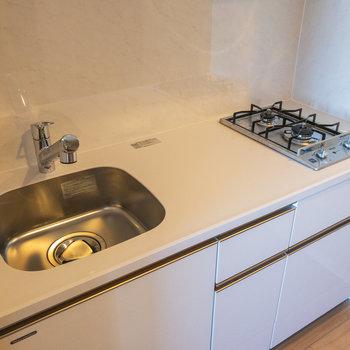 おしゃれなキッチンは白くて清潔感があります