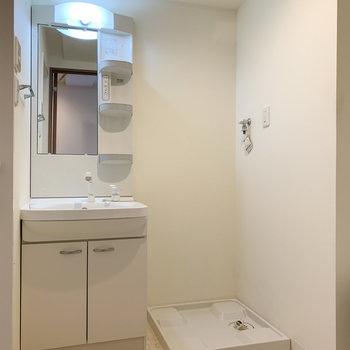 脱衣所正面に洗面台と洗濯機置き場があります。