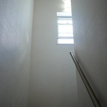 窓のあるコンパクトな階段