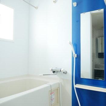 浴室は爽やかなブルー。浴室乾燥機付き
