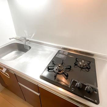 2口コンロに調理スペースもしっかりあるので、自炊をしたい方も安心ですね。