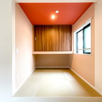なんと置き畳の小上がり!赤い天井や和紙のような壁が相まって、和モダンな雰囲気◎