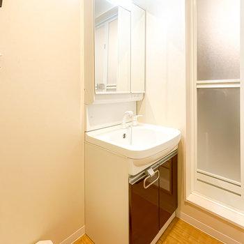 洗面台は鏡の裏が収納なので、生活感が出にくいんです。