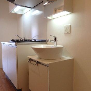 独立洗面台がキッチンの真横にあります(※写真は4階の同間取り別部屋のものです)