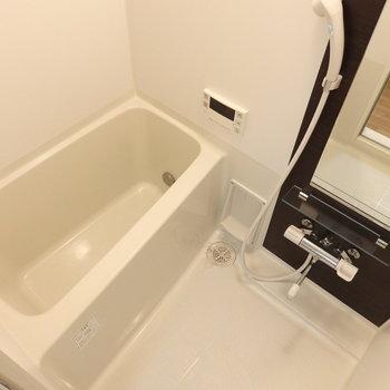 お風呂はコンパクトですが追い焚きつきです(※写真は4階の同間取り別部屋のものです)