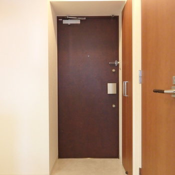玄関横にすぐ洗濯機置場があります(※写真は4階の同間取り別部屋のものです)