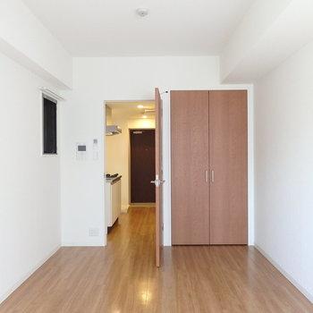 8.2帖のシンプルなお部屋です。(※写真は4階の同間取り別部屋のものです。実際は角部屋ではありません。)