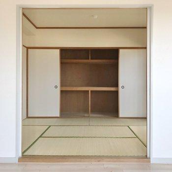 お隣の和室は寝室に。押し入れにお布団もお洋服もまるっと入ります。