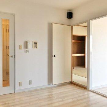リビングのとなりに洋室と和室。和室はちょっとした段差の上。