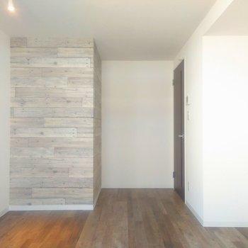 ライトな色合いの木目調クロスの柱とマットな色合いの床がマッチ