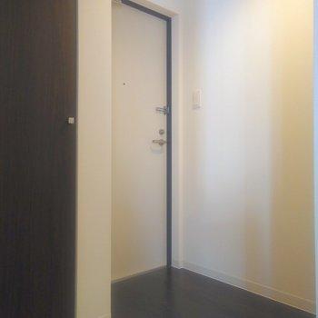 玄関スペースはゆったりと。黒床なので汚れは目立たない