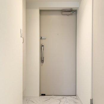 さて、室内の最後は玄関を。廊下と同じく大理石調のタタキが雰囲気良しです◎