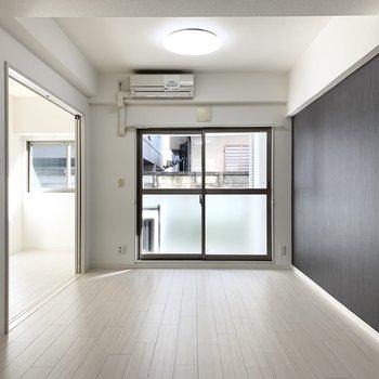 広さは12.3帖でゆったり空間。引戸の奥は洋室が繋がっています。