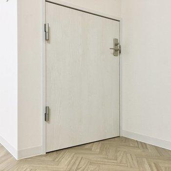 階段下に鍵付きの小さな扉を発見!