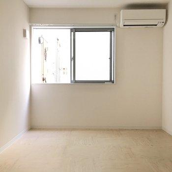 納戸】エアコンに窓もあって、洋室としても問題なく使えますよ。