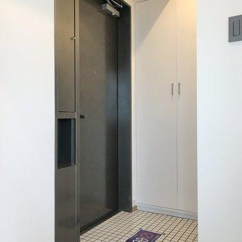 玄関は白いタイル張り。※写真は前回募集時のものです