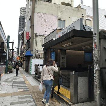 駅は道路沿いにあります。