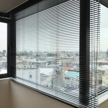 窓にはシャッターが備え付け。※写真は前回募集時のものです
