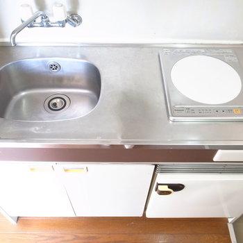ちょっとだけ調理スペースがあります。IHコンロはお手入れのしやすさが魅力!