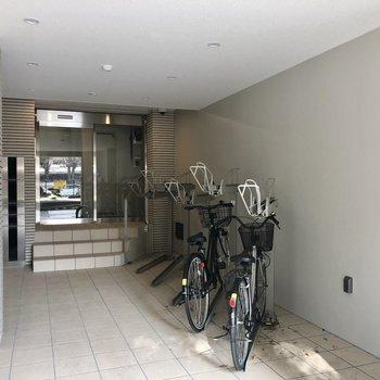 オートロックの前に自転車置き場がありますよ。