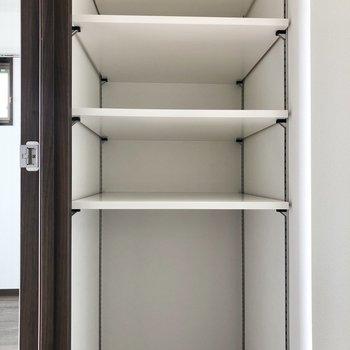 WICの左側の部分は高さを調節できる棚になっています。