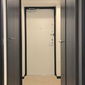 玄関とお部屋は段差が少ないので準備もしやすそう。※写真は1階の同間取り別部屋のものです