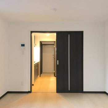キッチンとの境はスライド式の扉です。※写真は1階の同間取り別部屋のものです