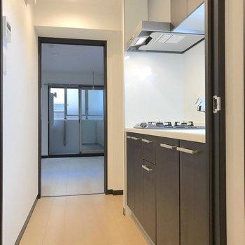 キッチンの左隣に冷蔵庫を置くことができます。※写真は1階の同間取り別部屋のものです
