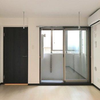 ベランダもありますが、室内干しもできるフックがあります。※写真は1階の同間取り別部屋のものです
