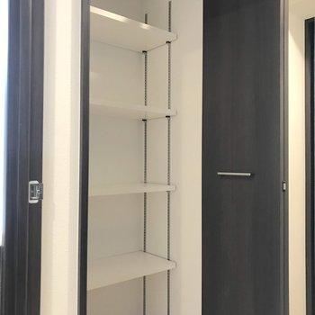 さらに右隣には収納スペースも。タオル類をしまったり、棚前にも奥行きがあるので掃除機もしまえます。※写真は1階の同間取り別部屋のものです