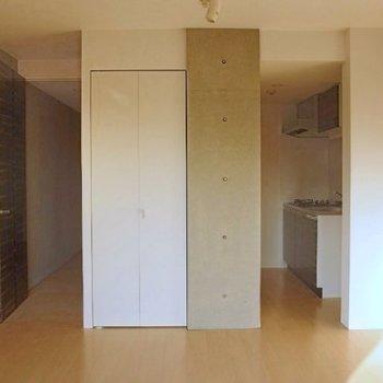 キッチンが奥まっているのが嬉しい。(※写真は4階の反転間取り別部屋のものです)