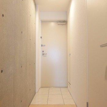 フラットタイプの玄関。(※写真は4階の反転間取り別部屋のものです)
