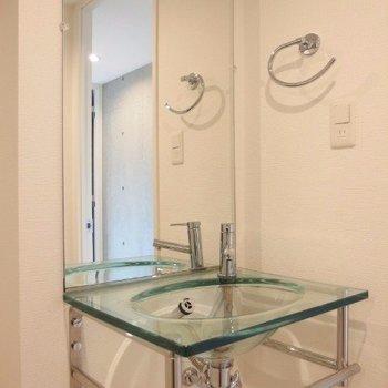 ガラス製の洗面台。(※写真は4階の反転間取り別部屋のものです)
