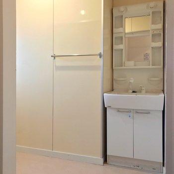 脱衣所は広々。新しめの洗面台で朝の支度もラクラクです。