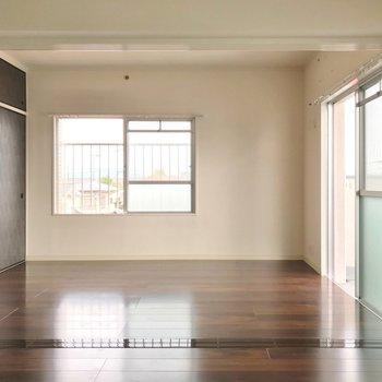 隣の洋室も6帖で広々しています。お子さまの遊び場にしても◎
