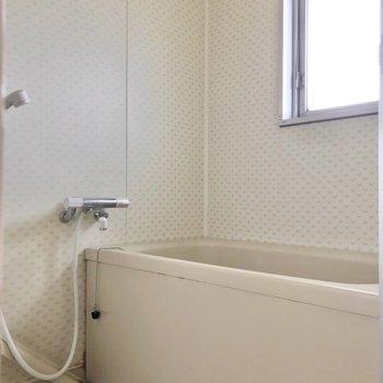 お風呂には窓付き。明るい時間から長風呂を楽しみたいな。