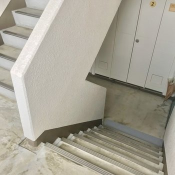 この階段をのぼって3階まで、幅があるので家具の搬入はしやすそう。