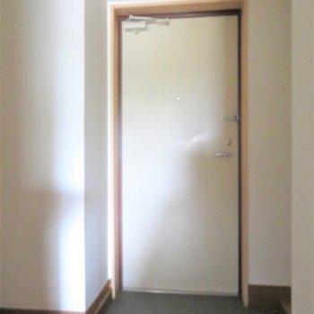 玄関はお一人様用にコンパクト(※写真は2階の同間取り角部屋のものです)