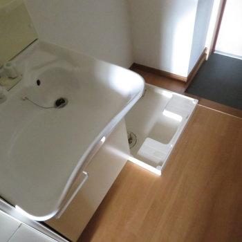 玄関そばには洗濯機置き場と独立洗面台があります(※写真は2階の同間取り角部屋のものです)