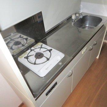 キッチンは広いですね。隣に冷蔵庫置き場があります(※写真は2階の同間取り角部屋のものです)