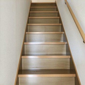 階段は手すりがついています。