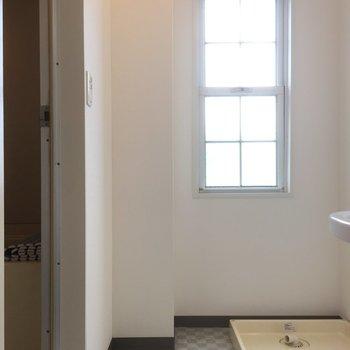 脱衣所にも窓あります※写真は前回募集時のものです