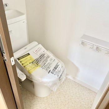 トイレはあウォシュレット、小窓付き◎